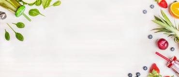 Botellas verdes y rojas del Smoothie con los ingredientes frescos para mezclarse en el fondo de madera blanco, visión superior, Imagen de archivo