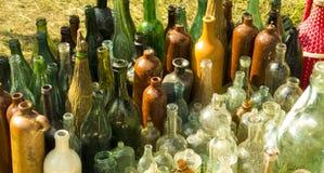 Botellas viejas Botellas de cristal coloridas Imagen de archivo libre de regalías