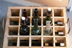 Botellas viejas de la bebida en un caso de madera Envases para la cerveza o el limón Fotografía de archivo