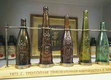 Botellas viejas de la cerveza en museo en Moscú que elabora Comapany Foto de archivo libre de regalías