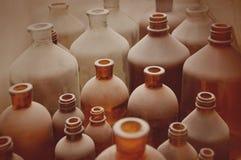 Botellas viejas de la farmacia cubiertas con polvo Fotografía de archivo libre de regalías