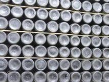 Botellas viejas de vino en filas en bodega Filas de muchas botellas de vino en almacenamiento del sótano del lagar Textura hermos Foto de archivo