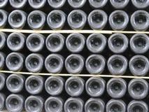Botellas viejas de vino en filas en bodega Filas de muchas botellas de vino en almacenamiento del sótano del lagar Textura hermos Imagenes de archivo