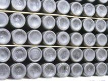 Botellas viejas de vino en filas en bodega Filas de muchas botellas de vino en almacenamiento del sótano del lagar Textura hermos Fotografía de archivo