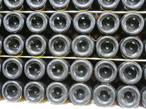 Botellas viejas de vino en filas en bodega Filas de muchas botellas de vino en almacenamiento del sótano del lagar Textura hermos Fotos de archivo libres de regalías