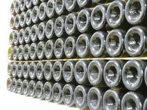 Botellas viejas de vino en filas en bodega Filas de muchas botellas de vino en almacenamiento del sótano del lagar Textura hermos Imagen de archivo libre de regalías