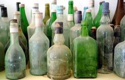 Botellas viejas en un estante Imágenes de archivo libres de regalías