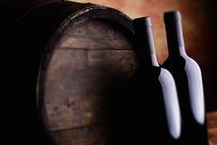 Botellas y barril de vino rojo imagenes de archivo