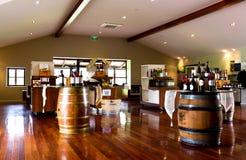 Botellas y barriles de vino Foto de archivo