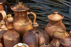 Botellas y jarros hechos a mano de cerámica monocromáticos Fotografía de archivo