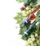 Botellas y uva de vino Foto de archivo libre de regalías