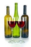 Botellas y vidrio coloridos brillantes de vino. Aún-vida en un fondo blanco Imagen de archivo libre de regalías