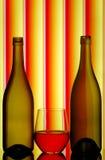 Botellas y vidrio de vino sin pie Imágenes de archivo libres de regalías