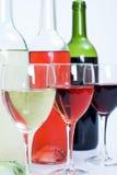 Botellas y vidrios de vino Imagen de archivo libre de regalías