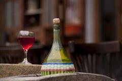 Botellas y vidrios de vino Fotos de archivo libres de regalías