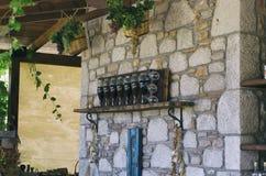 Botellas y vidrios de vino con las cestas de uvas Imágenes de archivo libres de regalías
