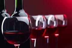 Botellas y vidrios de vino rojo Fotos de archivo