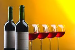 Botellas y vidrios de vino rojo Imágenes de archivo libres de regalías