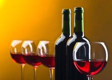 Botellas y vidrios de vino rojo Imagen de archivo libre de regalías