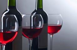 Botellas y vidrios de vino rojo Fotografía de archivo libre de regalías