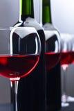 Botellas y vidrios de vino rojo Foto de archivo libre de regalías