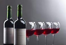 Botellas y vidrios de vino rojo Fotos de archivo libres de regalías