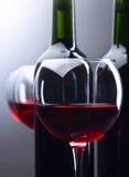 Botellas y vidrios de vino rojo Fotografía de archivo