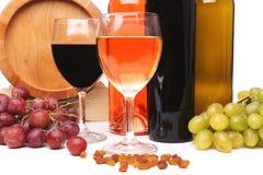 Botellas y vidrios de vino y de uvas maduras Imagenes de archivo