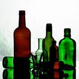 Botellas y vidrios vacíos Imágenes de archivo libres de regalías