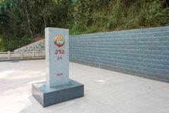 Boten,老挝- 2015年3月08日:在Bo之间的老挝中国边界标志 免版税图库摄影