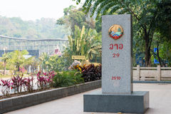 Boten,老挝- 2015年3月08日:在Bo之间的老挝中国边界标志 免版税库存图片