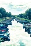 Boten aan kanten die van kanaal worden gebonden tot Ross Lake leiden dat Stock Foto