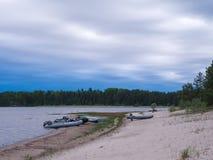 Boten aan wal van meer Ladoga Stock Afbeelding