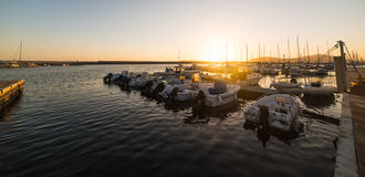 Boten in Alghero-haven bij schemer royalty-vrije stock fotografie
