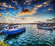 Boten in Alghero-haven bij zonsondergang stock afbeeldingen