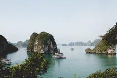 Boten in Baai Halong Royalty-vrije Stock Fotografie