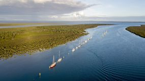 Boten bij ancorage in de rivier royalty-vrije stock foto's