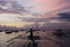 Boten bij dageraad op Alona Beach, Panglao royalty-vrije stock afbeelding