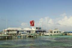 Boten bij de Amigo's del Mar Dock in San Pedro, Belize Stock Foto's