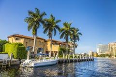 Boten bij de huizen van de waterkant in Fort Lauderdale Stock Fotografie