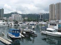 Boten bij de jachthaven in Aberdeen, Hong Kong stock afbeeldingen
