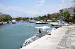 Boten bij de Jachthaven van Puerto Aventuras Stock Fotografie