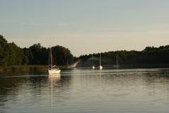 Boten bij de meren van poetsmiddelmazury in de zomer Stock Afbeelding