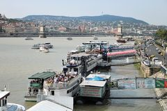 Boten bij de rivier van Donau in Boedapest, Hongarije Stock Foto's