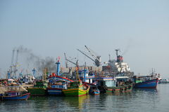 Boten bij de Vissenhaven van Qui Nhon, Vietnam in de ochtend Stock Fotografie