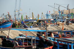 Boten bij de Vissenhaven van Qui Nhon, Vietnam in de ochtend Royalty-vrije Stock Afbeeldingen