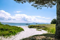 Boten bij een afgezonderd zandig strand bij Karikari-Schiereiland worden verankerd dat, Royalty-vrije Stock Afbeelding