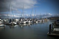 Boten bij een jachthaven worden vastgelegd die stock fotografie