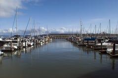Boten bij een jachthaven worden vastgelegd die stock foto's