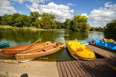 Boten bij houten dok, Birmingham, Engeland royalty-vrije stock fotografie